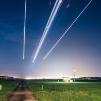 Un hermoso timelipse de un aeropuerto muestra cómo los aviones pintan el cielo