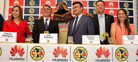 El día que uno de los equipos de futbol más odiados puso su logo en un smartphone… y lo vendió