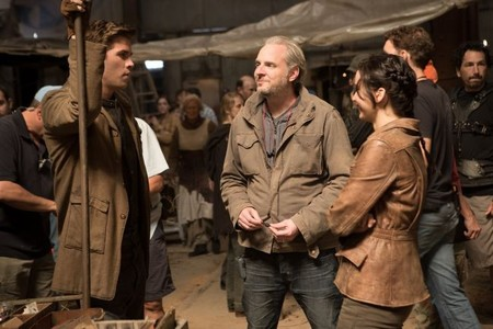 El director Francis Lawrence con Liam Hemsworth y Jennifer Lawrence en el rodaje