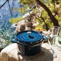 """Llegan la cocotté """"La Mer"""" y la cerámica azul turquesa a Staub, justo a tiempo para el verano"""