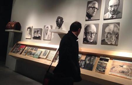 Nicolás Müller y su maleta de recuerdos fotográficos en la sala Canal Isabel II