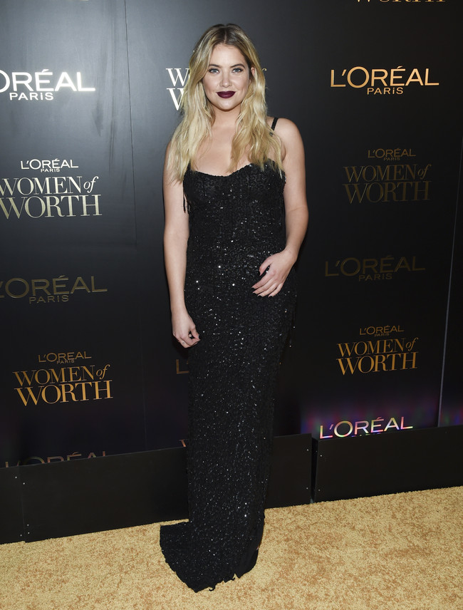 premios loreal women of worth red carpet look Ashley Benson