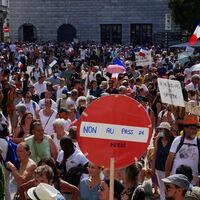 ¿Cómo está yendo el pasaporte de vacunación en Francia? Con protestas semanales de 200.000 personas