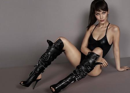 Bella Hadid nos sorprende con su look dominatrix en la nueva campaña de Giuseppe Zanotti