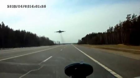 RuзуaPaзуФи™: Un 'remake' de 'Istrebiteli', o aviones plateados rozando los tejados