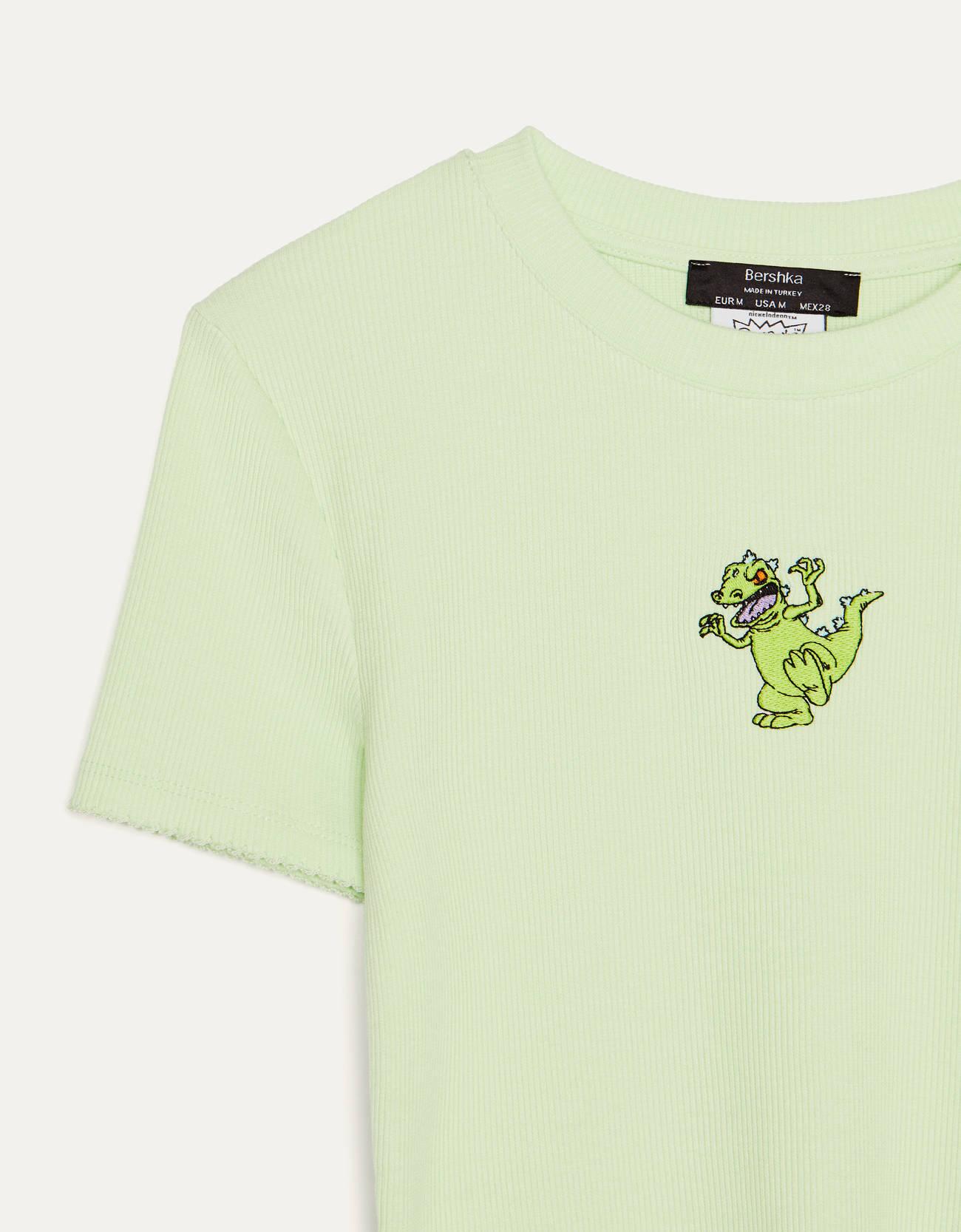 Camiseta de canalé verde con el Dinosaurio de Rugrats bordado en el centro.