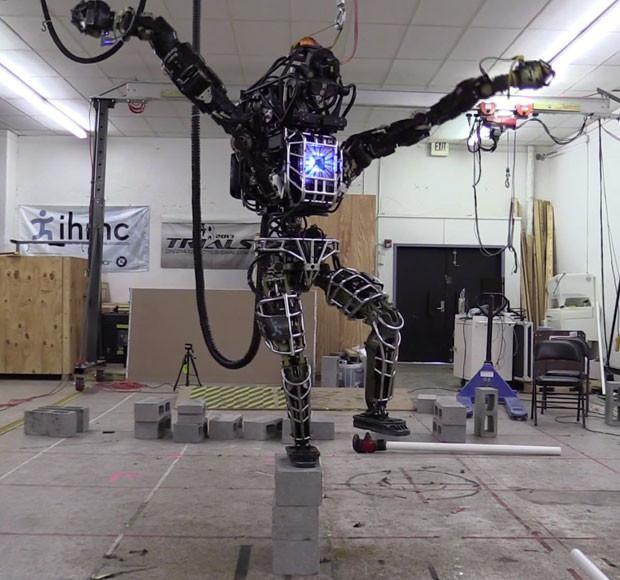 Un simio, un karateka y muchos Atlas : así son los 11 robots que lucharán en la competición de DARPA