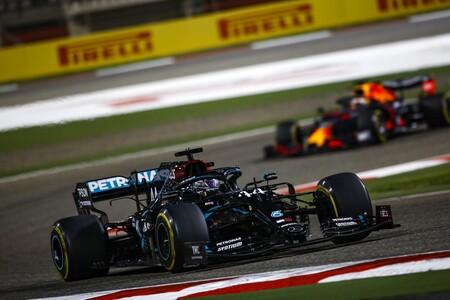 Lewis Hamilton gana, Carlos Sainz remonta y Sergio Pérez rompe en una carrera en la que se evitó la tragedia