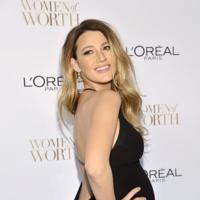 El blanco y negro y el embarazo de Blake Lively destacan en los premios L'Oréal Women of Worth