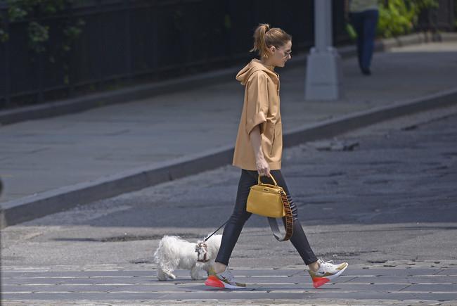 Olivia Palermo se apunta a la moda de las deportivas vistosas y llamativas (sí, deportivas)