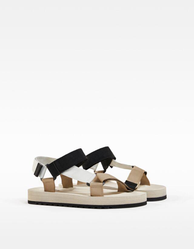 Sandalias con tiras de tejido