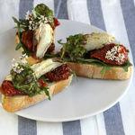 Pinchos de rúcula, tomates secos y caballa en conserva casera