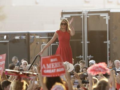 Melania Trump apuesta de nuevo por el color rojo (con esencia británica)