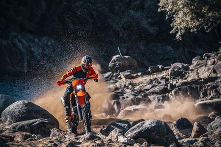 La gama de enduro KTM EXC renueva sus modelos offroad de 2T y 4T y habrá tres ediciones especiales