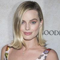 Las mariposas elevan a lo más alto a Margot Robbie de la mano de un vintage de Versace