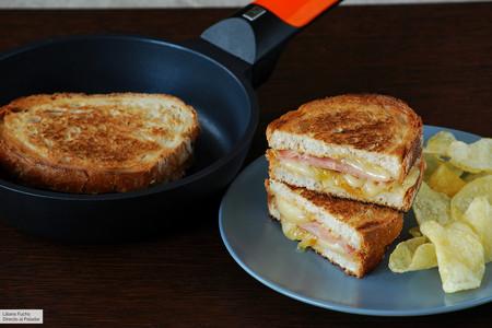 Sandwich De Mortadela Y Queso San Simon Con Cebolla Caramelizada