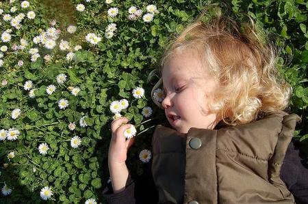 La foto de tu bebé en abril: Noa entre margaritas