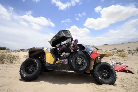Sainz dice adiós al Dakar, y Peterhansel ya lo tiene casi hecho