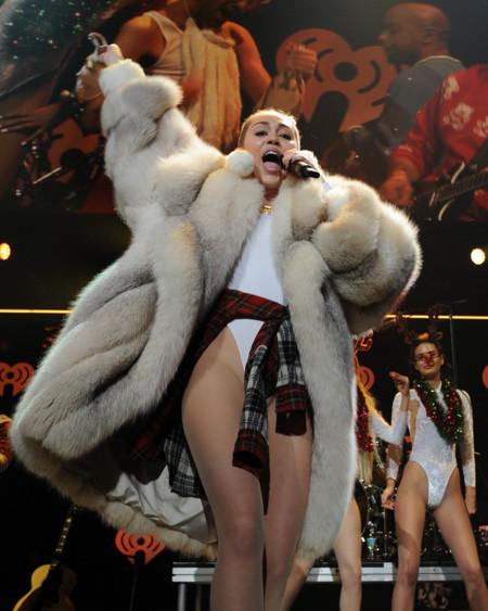 Beyoncé y Miley Cyrus lo dan todo en Navidad ¡Viva lo discreto!