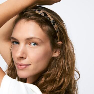 Oysho apuesta todo al carey en sus nuevos accesorios de pelo en forma de diademas, pasadores y pinzas ideales para esta primavera