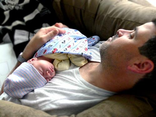 Dormir con el bebé en el sofá es muy peligroso
