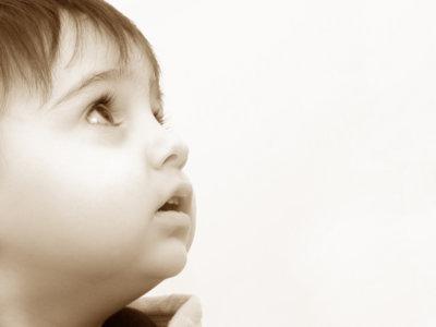 Cómo poner gotas en los ojos a los niños