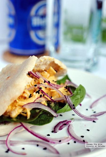 Receta de pan de pita relleno de pollo en salsa de curry y mango, para una cena fácil llena de sabor