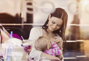 ¿Qué sucede cuando son tus propios padres quienes reprueban que amamantes a tu bebé en público?