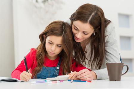 Haciendo deberes delante de mamá
