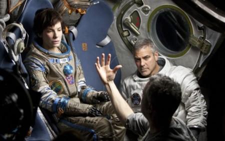 Alfonso Cuarón da instrucciones a Sandra Bullock y George Clooney