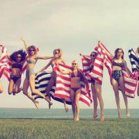 Taylor Swift sabe cómo montar una pool party (con cisnes hinchables incluidos)