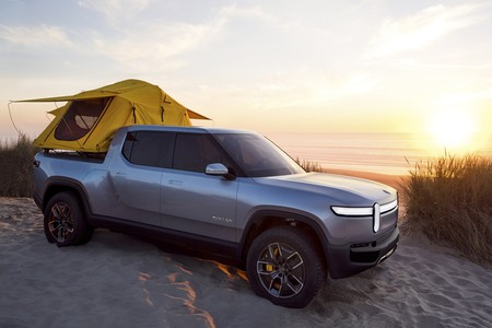 La Rivian R1T sigue siendo una pick-up eléctrica de 750 CV, pero ahora se camperiza con cama, cocina y fregadero