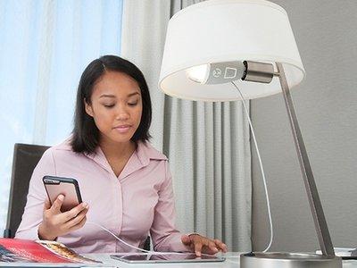 ¿Andas corto de enchufes? PowerBulb te da la opción de conectar tus gadgets a una bombilla LED