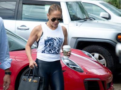 Jennifer López vuelve al gimnasio ahora con un bolso para el que hay lista de espera