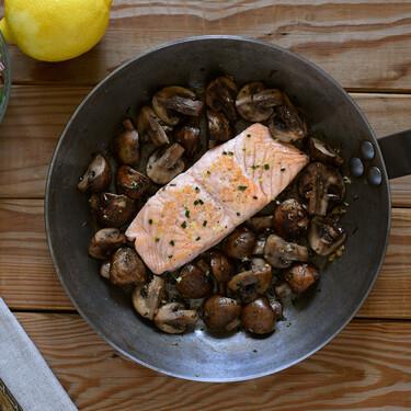 Salmón con setas a la mantequilla de hierbas: receta fácil y sana con cinco ingredientes lista en 25 minutos