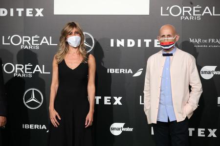 Begoña Gómez se atreve con botines blancos y estrena cambio de look en la Semana de la Moda de Madrid