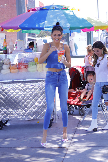 Kendall Jenner nos recuerda que el total look denim siempre es una buena opción