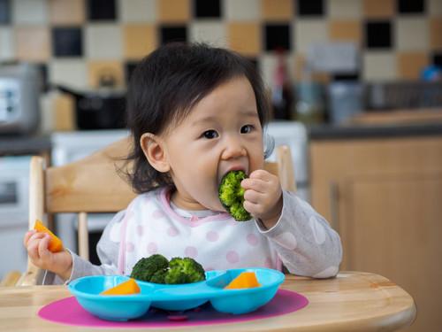 Mi bebé comienza a comer sólidos: cómo saber si tiene riesgo de alergias