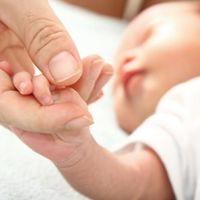 Los beneficios que obtienen los bebés prematuros en la UCIN cuando sus padres se involucran en el cuidado