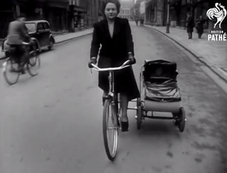 El increíble cochecito que se acopla a una bicicleta como sidecar inventado ¡en 1951!