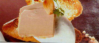 Tosta de hígado de pato con mousse salada de almendras