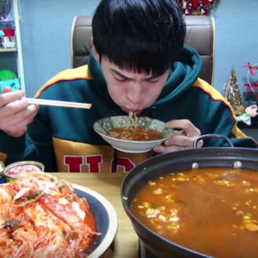Mukbang: la moda surcoreana de engullir cantidades excesivas de comida frente a una cámara