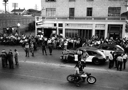 Policía dispersando