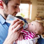 Por qué es recomendable hervir el agua para el biberón incluso si es embotellada