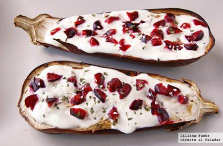 Berenjenas asadas con salsa de yogur y cerezas: receta ligera para disfrutar del producto de verano