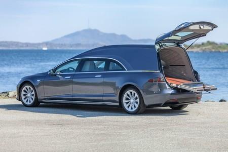 Tesla Model S Convertido En Carroza Funebre 5