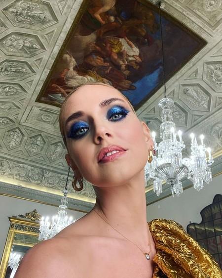 Chiara Ferragni nos muestra dos maneras ideales de lucir el Classic Blue en nuestros maquillajes y triunfar