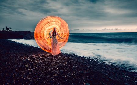 Light painting con fuego, llevando la técnica al límite de lo peligroso en las fotografías de Zach Alan