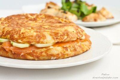 Receta de tortilla de patatas rellena de salmón ahumado y pepino