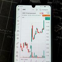 """Las acciones de AMC suben un 68% en una semana tras un nuevo """"rally"""" en Reddit: el fenómeno WallStreetBets sigue trayendo cola"""